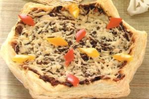 Pizza à la pâte feuilletée et légumes variés